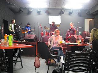 v ozadju glasbena skupina Sanskrt